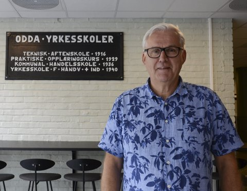 Gjev seg på Odda Vidaregåande Skule: John Opdal takkar for seg etter snart 40 år som tilsett på Odda vidaregåande skule. Han gler seg til å bruka meir tid på både reising og på familien. Politikken er han ikkje klar for å gje seg med enno.