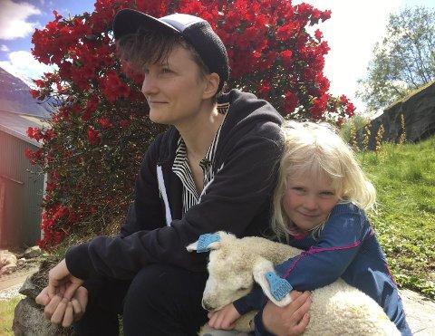 Trivsel i bakkene: Iben Amelie Mansfeld og datteren Eiril med kopplammet som følger henne nesten som en hundevalp.  Foto: Mette Bleken