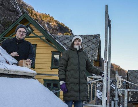 Førebels siste hand på verket: Handverkar Morten Haavik og bygningsvernkonsulent Anne Lise Brask Eriksen inspiserer siste takvølingsprosjekt i AgatunetFoto: Mette Bleken