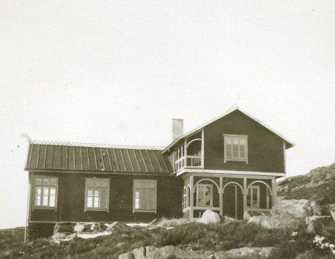 KROKAVATNET: Jøtnaheim, ved nordenden av Krokavatnet. Hytta ble bygget i 1906, men ble et populært overnattingssted og den ble påbygget allerede i 1909–10. Påbygget mot nord rommet kjøkken og et lite soverom. Bildet er trolig tatt rundt 1910. ALLE FOTO: KARMSUND FOLKEMUSEUM