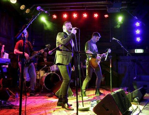 Diamond Dogs:  David Bowie-hyllesten på Høvleriet lørdag samlet i underkant av 100 publikummere. Her er Diamond Dogs i aksjon. Foto: Grethe Nygaard