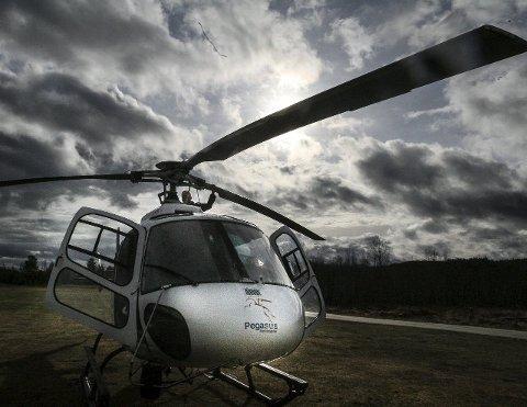 FLYR LAVT: Kraftselskap tar i bruk helikopter for å inspisere kraftlinjer.