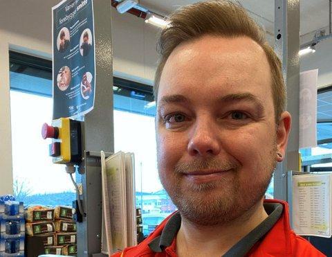NY JOBB: Daniel Eide Andersen la ut et innlegg på Facebook. Det skaffet ham ny jobb som ekstrahjelp på Coop Extra på Frakkagjerd. Hittil har han jobbet bortimot 100 prosent.