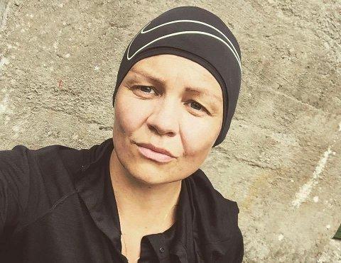 UVENTET BESØK: Tone Elisabeth Bendiksen ber beboere i Rogalandsgata om å være på vakt for tyven som er glad i å nappe med seg mindre gjenstander.