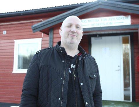 Riktig bilde: Leder av Alstahaug Mottakssted for flyktninger, Kenneth Pedersen, ønsker å nyansere bilde av at flyktninger får kaster både penger, sertifikat og tannlege etter seg når de kommer til Norge. 1.170 kroner hver 14 dag. Det er alt de får, sier han.Foto: Jill-Mari Erichsen