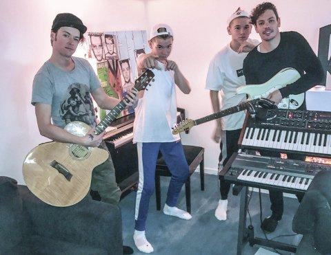 I studio: Marcus og Martinus Gunnarsen i studio sammen med Cato og Kent Sundberg fra Donkeyboy. Fredag slapp de singelen «Remind Me». Foto: presse