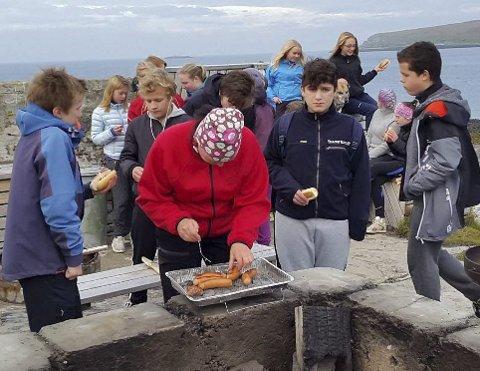 PAUSEMAT: Barna og ungdommene grillet pause i en pause fra steinbæringen.