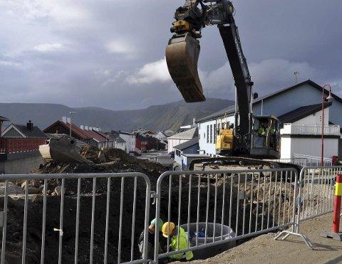 Graves etter vannkummer: Deler av Honningsvåg ble på kort varsel fri for vann på tirsdag.- Dette er bare rot mener Sigbjørn Henriksen.