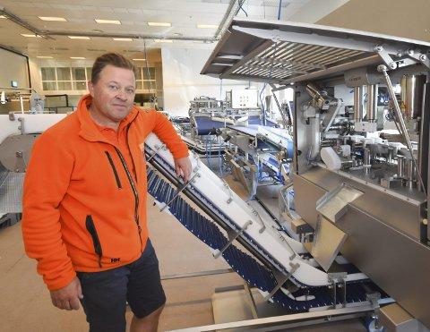 INNSTILLER: All levering til Arne Hjeltnes fiskebruk i Mehamn har nå blitt stanset, og ansatte blir permittert. Bedriften er imidlertid ikke konkurs, og eierne leter nå etter samarbeidspartnere å fortsette driften med.
