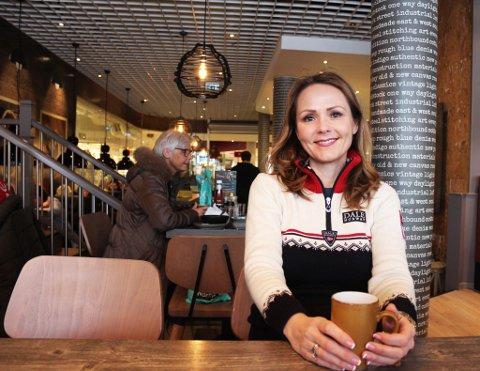 Distrikts- og digitaliseringsminister Linda Hofstad Helleland(H) landet i Alta tidlig tirsdag ettermiddag og tok seg en kaffepause på Uno på Amfi.