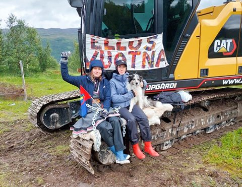 LENKET SEG FAST: PÅ den første aksjonsdagen var det artisten Ella Marie Hætta og Sara Andersen som først stoppet gravemaskin på Markoppneset fra å grave på tomta.