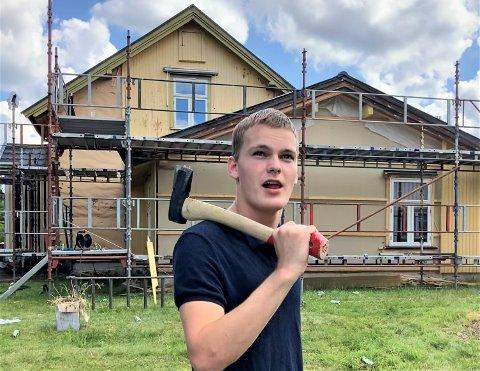 SJANSELAUS UTAN HJELP: Huseigar Andreas Voll (18) seier at han hadde vore sjanselaus utan hjelpa frå kameratane. – Det at dei kjem hit og hjelper meg, betyr alt, seier han.