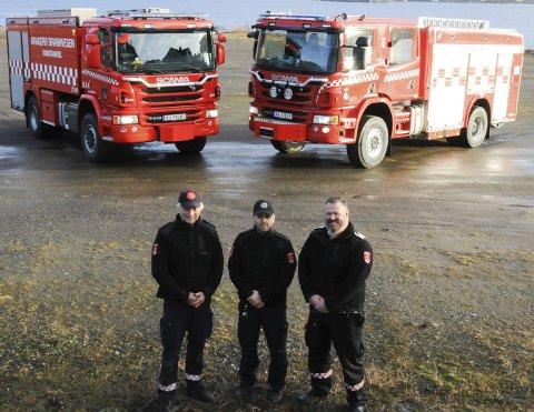 SPESIALBYGD: Bjørnar Thorsen (t.v.), Lars Falck og Morten Dalen foran mannskapsbilen og tankbilen som er spesialbygd for brannvesenet i Kragerø. FOTO: PER ECKHOLDT