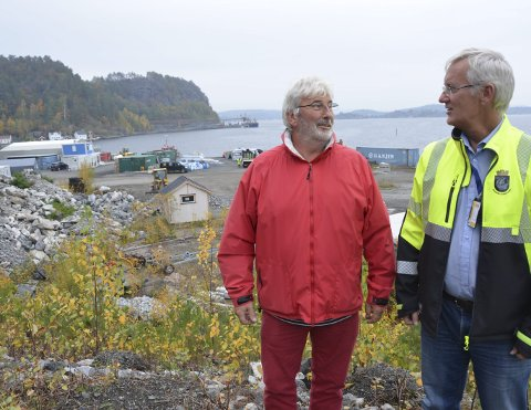 PLANER: Havnefogd Svein Arne Walle (t.h.) og havnestyreleder Øyvind Olsen forteller om stor interesse for etablering på Stilnestangen Nord.
