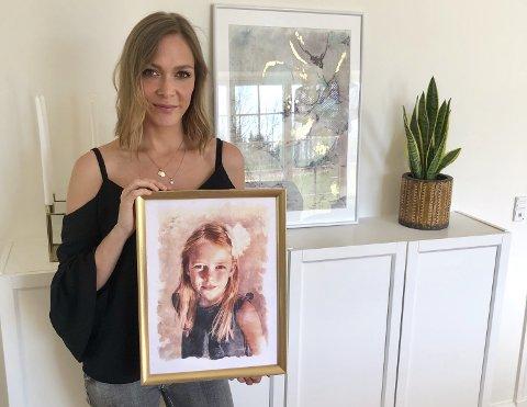 MALTE DATTEREN: Helene Farsjø med et av maleriene hun har laget av datteren Nova. (Alle foto: Privat)