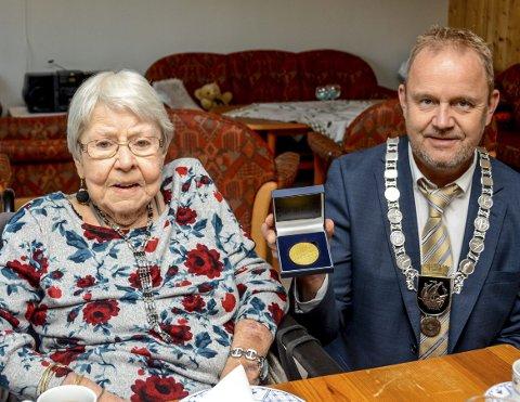 STOLT: – Det er med stolthet jeg overrekker deg denne medaljen, sa ordfører Grunde W. Knudsen da Åse Byholt ble tildelt regjeringens minnemedalje.FOTO: JIMMY ÅSEN