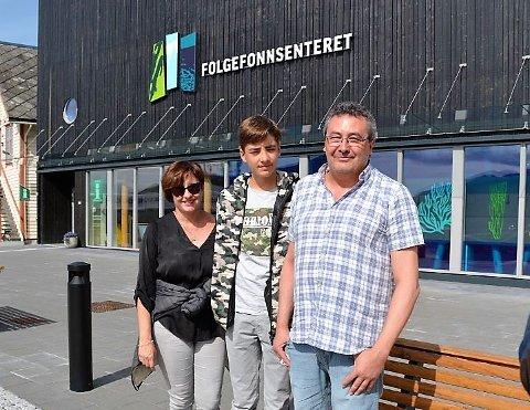 PÅ BESØK: Den spanske journalisten Isidoro Merino (t.h.) besøkte denne veka Rosendal og Kvinnherad for å laga reisereportasje til den spanske avisa han jobbar i, El Pais i Madrid. Her ser du han saman med kona og sonen.
