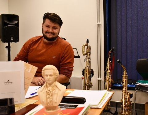 LØP OG SØK: – Her kan absolutt alle finna noko dei likar uansett nivå og interesse. Rektor Kirill Zimin oppmodar blivande elevar om å hugsa søknadsfristen for Kvinnherad kulturskule.
