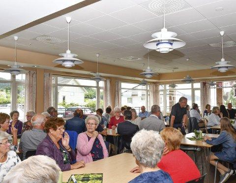 Godt oppmøte: Det var ikkje ledige plassar å oppdriva då Dill inviterte til fest. Kafeen var fullt til randa av lokale og tilreisande som ville ta del i feiringa.