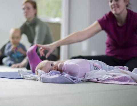Både for Erle Alise Hesjedal (2 mdr.) og mamma Hanne Hesjedal var det eit aller første møte med yoga.