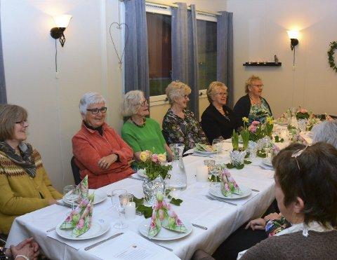 PÅ FEST: Rundt 30 kvinner ville vera med på den fine festen for 80-åringen Høylandsbygd Kvinne- og familielag tysdag kveld.