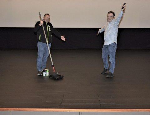 NY SCENE: Oddvar Onarheim (t.v.) og Ágúst Magnússon jublar over det nye scenegolvet i kinosalen. Vanlegvis er slik oppshining noko ein aldri har nok tid til.