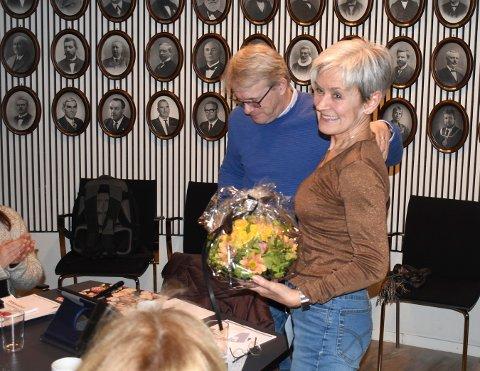 Gunhild Bergsaker fikk blomster og noen gode ord på veien på sitt siste politiske møte som helse- omsorgssjef tirsdag kveld.