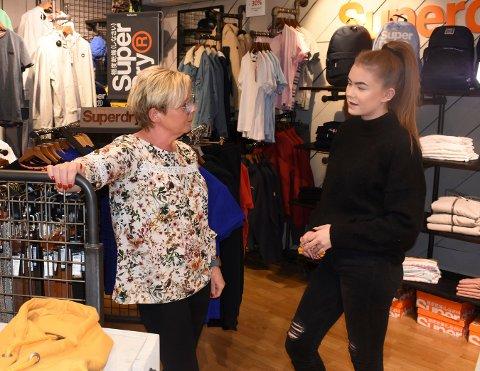 BEKYMRET: Juniors innehaver Trude Zachrisen og nå permitterte Maiken Haug Nilsen kunne holde åpent i hele fjor, men mars i år måtte de stenge butikken for første gang.