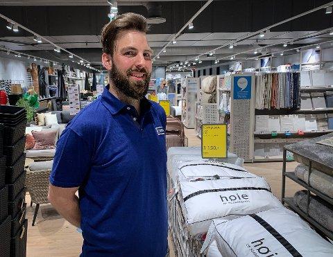 NYÅPNING: Jysk åpnet i nye lokaler i Sølvparken på onsdag. Butikksjef Jostein Berge smilte bredt mellom alle spørsmålene fra kundene.