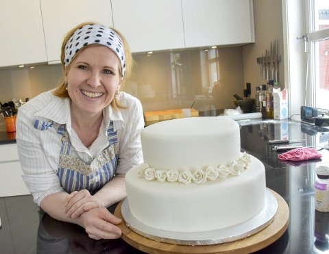 Benediktes verksted: Kjøkkenbenken hjemme på Tranby er et av de stedene Benedikte Fjelly trives aller best. Her er hun i full gang med det som skal bli en bryllupskake med tre etasjer..