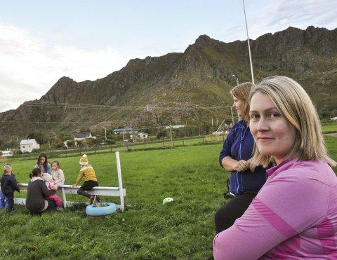 Barnefamilier: Marlene Olsen og Kristin Sivertsen er blant de mange småbarnsfamiliene som bor der fordi de trives. Bak snakker Josephine Nezeraud med barna.