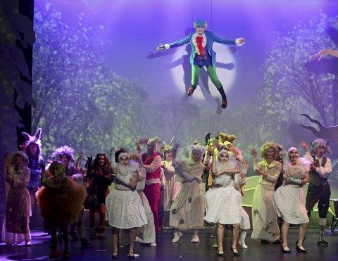 KOSELIG OG GØY FOR HELE FAMILIEN: Hans Helgesen Ringstad som papegøye svevde over resten av ensemblet i avslutningsnummeret i den 24. oppsetningen Teaterkråkene gjør på Parkteatret.