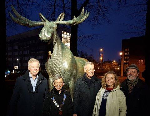 OPPLYST: Lørdag var det offisiell lystenning ved elgen. Her ved Erik Mollatt (f.v.), Ordfører Hanne Tollerud, Kristian Oppegaard, Cecilie Kildahl, Ole Rømer Sandberg.