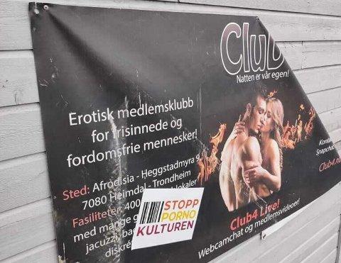 Disse klistremerkene ble satt opp på Club4s lokaler torsdag ettermiddag.