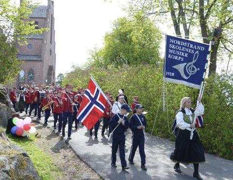 JUBILEUMSÅR: Sigrun Bock (med fane) og Nordstrandskolenes musikkorps feirer 90-årsjubileet sitt i hele 2018.Arkivfoto
