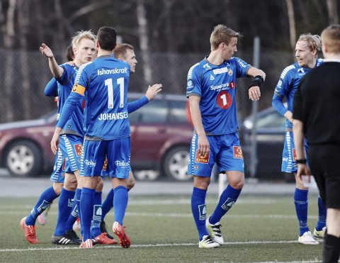 Jonas Johansen (med ryggen til) mener at Christer Johnsgård er dødelig effektiv når han får sjansen innenfor 16-meteren. Foto: Kristoffer Klem Bergersen