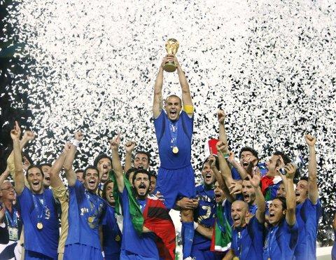 Pokalen: Fabio Cannavaro løfter VM-pokalen etter Italias finaleseier over Frankrike. Foto: Ap/NTB scanpix
