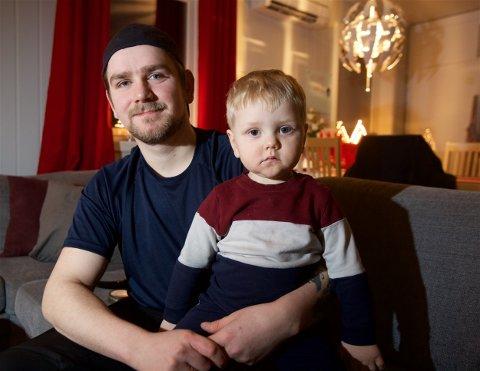 STØRRE FAMILIE: Simon Haugen med sønnen Adrian på fanget hjemme i stua i Oldervik. Nå blir det snart familieforøkelse, men Simon er usikker på om framtida blir i Oldervik.