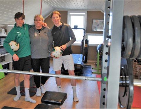 STERKE SAMMEN: Julian (t.v) er så lovende at han får trene med A-laget til HamKam, Janicke er daglig leder i fotballkretsen og Jesper har spilt på Kongsvinger siden han var 16 år.