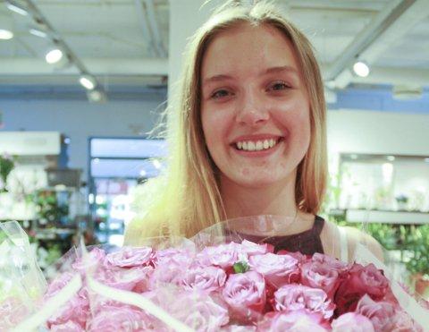 BRYR SEG: Jenny Jæger (16) fra Oppegård har alltid brydd seg om andre. Sammen med tre Facebook-venninner arrangerer hun derfor et rosetog søndag 12. juni for at folk skal få mer forståelse og solidaritet for flyktningene. FOTO: KARIN HANSTENSEN