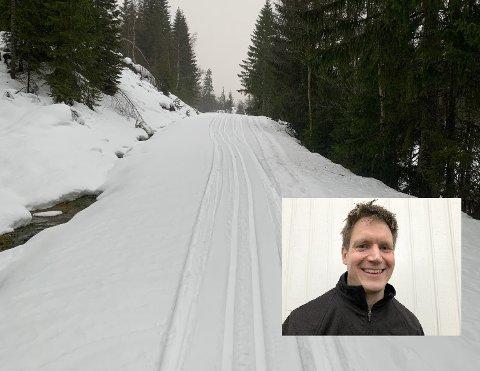 UT PÅ TUR: Anders Aschjem er en av de faste løypekjørerne for Svarstad IL. Lørdag kjørte han skiløype i regnværet, men forteller om rundt 20 centimeter med snø i skauen.