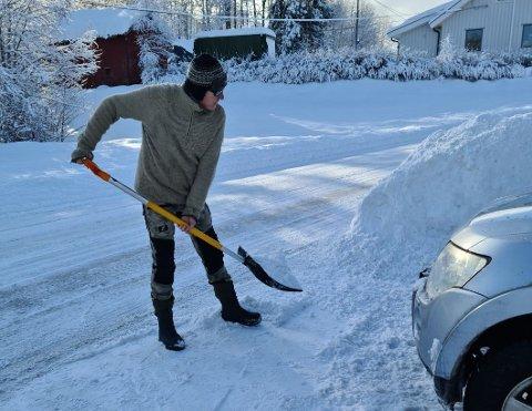 TETT PÅ: Brøytekantene blir tett på og snøen fyker inn på eiendommen til Bjørn Sigve Bilstad .