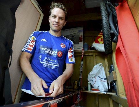 HEIA LØTEN: Ola Erling Korbøl bruker helst tid på skiene sine. Onsdag legger han likevel ski og pulsklokke bort for å bidra til cupskrell på Løten kunstgress. FOTO: Anita Høiby Gotehus
