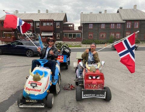 VEKTE OPPSIKT: Sindre Mehlum (til venstre) og Ronny Bakken fikk mye oppmerksomhet mens de kjørte fra Tynset til Holmestrand og tilbake på to traktorgressklippere.