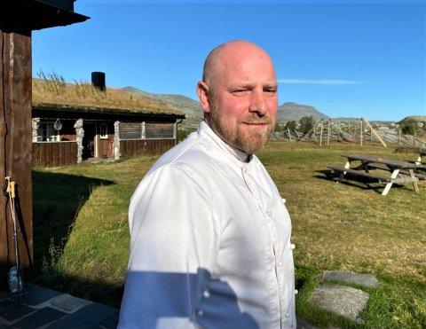 FULLT HUS: Den siste helgen i august er Breisjøseter fullbooket, som mange helger denne sommeren. Daglig leder Håkon Magne Skjøren (40) sørger for både husmannskost og gourmetmat til besøkende.