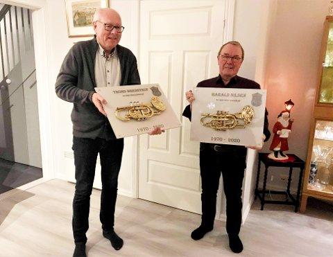 Trond Bredstrup (til venstre) og Harald Nilsen har spilt i Nøtterøy musikkorps i 50 år og fikk nylig fortjent heder for det.