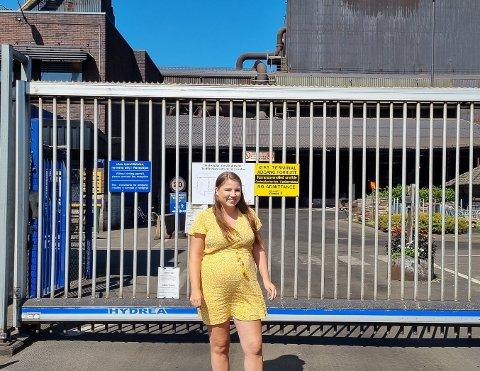 TRIVES: Vilde Jullum (27) syns ikke det er noe problem å være i mindretall på Eramet. Hun stortrives på jobb, og forklarer med glede hva som skjer innenfor porten når PD ser noe flytende oransje greier som viser seg å være metall.