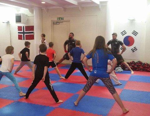 Orden i rekkene: Kampsport handler mye om disiplin. Nå starter Kim Johansen opp et nytt kampsporttilbud for rakstingene. Alle foto: privat