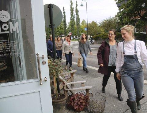 FIKK BESØK: Stine «Fru Blom» Bjørnstad viste fram butikken for landbruksdepartementet. De tok turen til Østfold for å se på tilleggsnæring i gårdsdriften.  Foto: Joachim Constantin Høyer