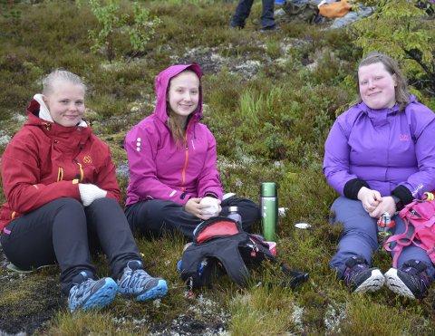 Trosset været: Maiken Bråthen (t.v.), Tora Dahlberg og Anniken Jensen ble med på sin aller første Til Topps tur forrige helg til Reinhagen i Finneidfjord selv om det høljet ned. Foto: Karina Solheim